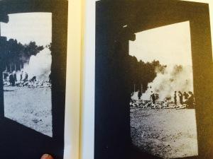 Dos fotos tomadas por un sonderkommando presumiblemente desde la cámara de gas, de la incineración al aire libre.