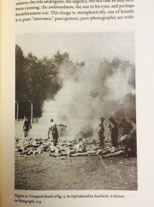 Foto tomada por un sonderkommando de la incineración de cadáveres al aire libre. Verano de 1944